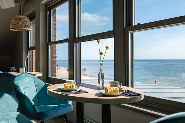 Kuchen am Fenster mit Blick aufs Meer